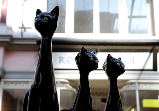 Vintage cat figurines at Boscombe Vintage Market, April 2016.